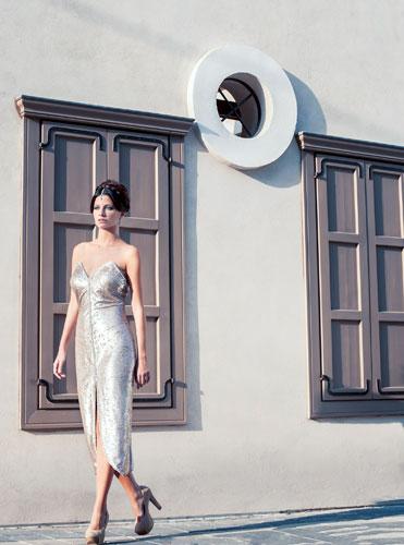 שמלת ערב סטרפלס זהובה עם שסע