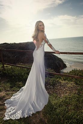 שמלת כלה גב עם תחרה ושובל