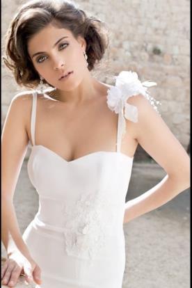 שמלת כלה סאטן ופרח עם מחשוף