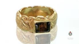 טבעת אירוסין עם אבן מלבנית