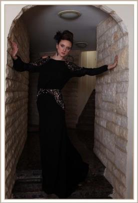 שמלת ערב שחורה ותחרה שקופה