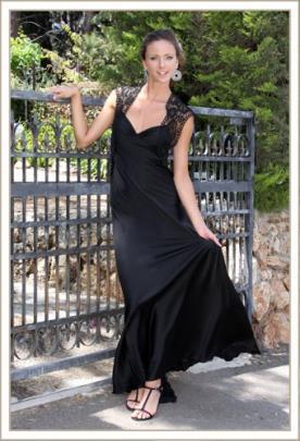 שמלת ערב שחורה וכתפיות תחרה