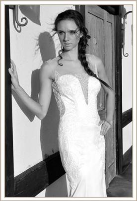 שמלת כלה מחשוף עמוק עם תחרה