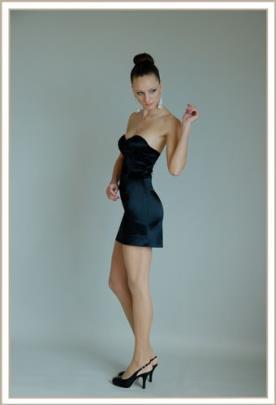 שמלת ערב מיני שחורה סטרפלס