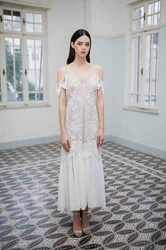 שמלת כלה עדינה מעוטרת תחרה