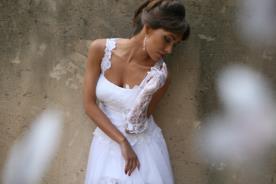 שמלת כלה רומנטית עם כתפיות תחרה
