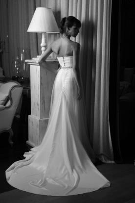 שמלת כלה עם שובל מלכותי מרהיב