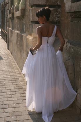 שמלת כלה איסימטרית בסגנון אמפייר