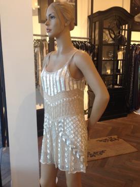 שמלת ערב נוצצת בגוון קרם