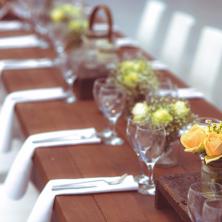 שולחן עם סידורי פרחים