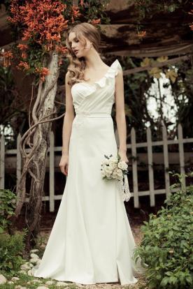 שמלת כלה אסימטרית בסגנון רומנטי