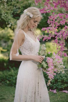 שמלת כלה בוהו שיק עם מחשוף עמוק