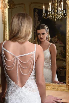 שמלה עם גב פתוח בשילוב קישוטי חרוזים