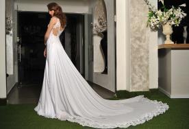 שמלת כלה עם שובל עשיר וגב פתוח