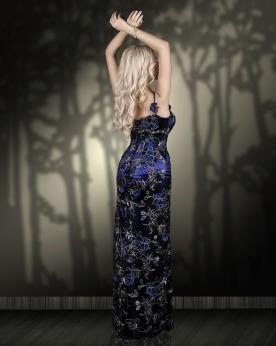 שמלת ערב מעוטרת בצבע כחול עמוק