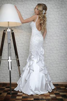שמלת כלה עם גב פתוח וחצאית קפלים