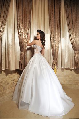 שמלת כלה עם מחוך תחרה נפוחה