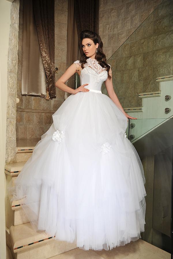 שמלת כלה נפוחה מטול בשילוב אפליקציית פרחים