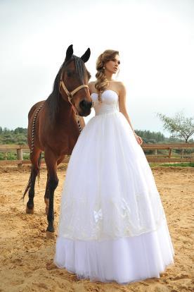 שמלת כלה נפוחה בסגנון כפרי