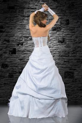 שמלת כלה עם כיווצים בגב ובחצאית