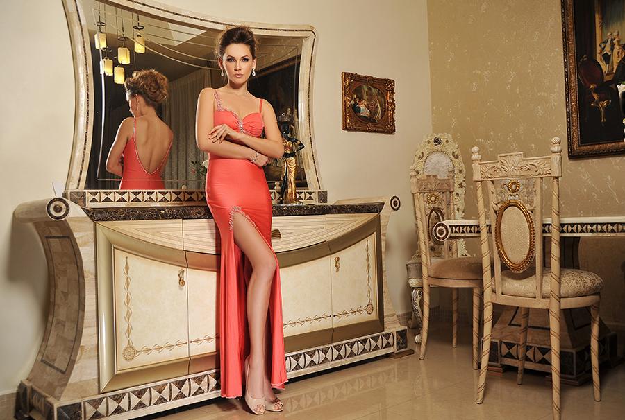 שמלת ערב נועזת עם שסע עמוק