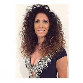 איפור ושיער: תסרוקת אסוף, תסרוקת אסוף מרושל, תסרוקת לשיער מתולתל, איפור רומנטי - שי בן יקר שיער ואיפור