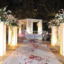 עיצוב שביל חופה לבן עם פרחים