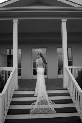 שמלת כלה עם גב פתוח ושובל ארוך