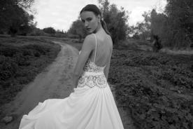 שמלת כלה עם גב חשוף וחצאית רחבה