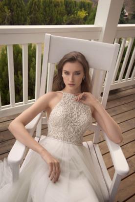 שמלת קולר מעוטרת בתחרה מיוחדת