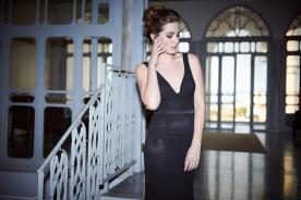 שמלת ערב שחורה עדינה עם מחשוף