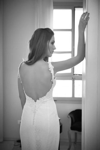 שמלת כלה עם גב חשוף וכפתורים באגן