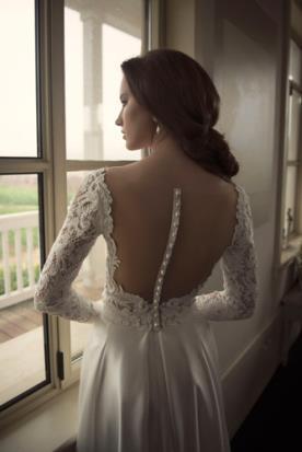 שמלת כלה עם גב חשוף בעיטור פס פנינים