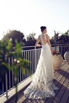 שמלת כלה עדינה עם פס תחרה בגב