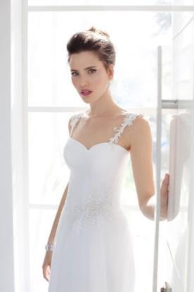 שמלת כלה עם מחשוף לב ובשילוב כתפיות