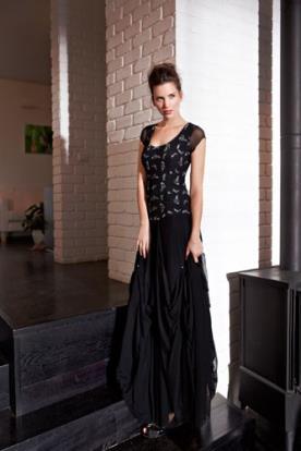 שמלת ערב עם עיטורים וחצאית כיווצים