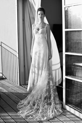 שמלת כלה קלאסית עם הינומה ושובל