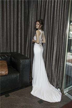 שמלת כלה אלגנטית עם פתחים בגב