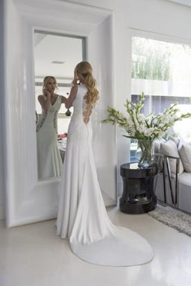 שמלת כלה עם מחשוף גב מיוחד