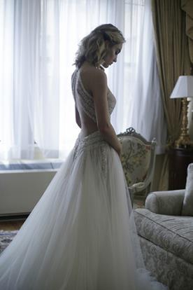 שמלת כלה עם דוגמת איקס בגב