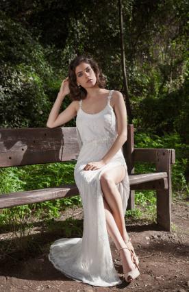 שמלת כלה עם שסע עמוק
