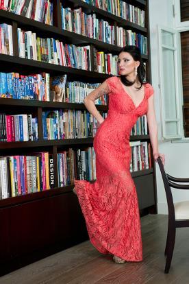 שמלת ערב תחרה אדומה ומחשוף