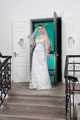 שמלת כלה תחרה עם הינומה