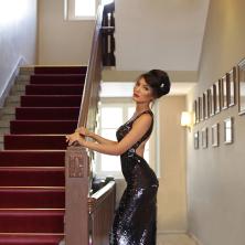 שמלת ערב שחורה מנצנצת עם שסע אחורי