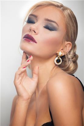 איפור ושיער: איפור כלות, תסרוקת כלה, קוקו, תסרוקת לשיער חלק, שיער בלונדיני, איפור רומנטי - קלים ליין - עיצוב שיער ואיפור