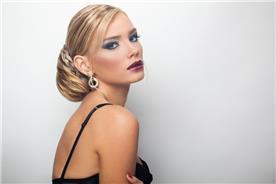 איפור ושיער: איפור כלות, תסרוקת כלה, תסרוקת צמות, תסרוקת אסוף, תסרוקת לשיער חלק, שיער בלונדיני, איפור רומנטי - קלים ליין - עיצוב שיער ואיפור