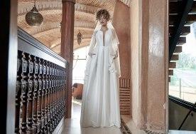 שמלת כלה מסאטן עם הינומה בגימור תחרה
