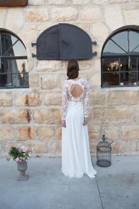 שמלת כלה חיננית עשויה מתחרה