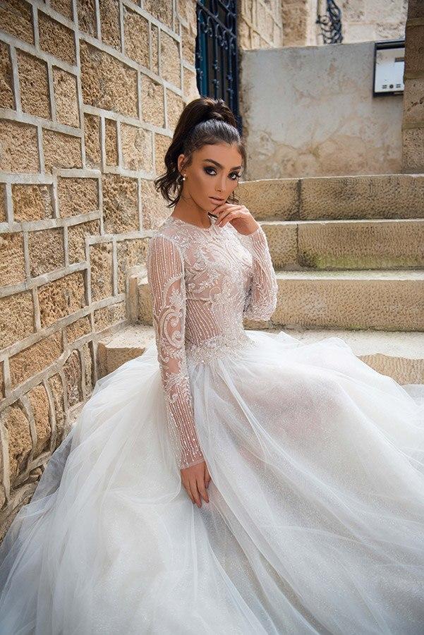 שמלת כלה: שמלה בסגנון רומנטי, שמלה בסגנון קלאסי, שמלה עם תחרה, שמלה עם טול, שמלה עם שובל, שמלה עם שרוולים, שמלה בצבע לבן, קולקציית 2017 - מיכל אזולאי