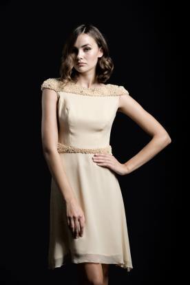 שמלת ערב מיני חרוזים בשמלה